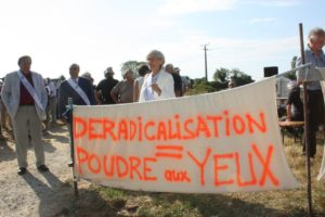 """Plusieurs élus du Front National soutenus par les habitants manifestent pour demander la fermeture du Centre de """"déradicalisation""""."""